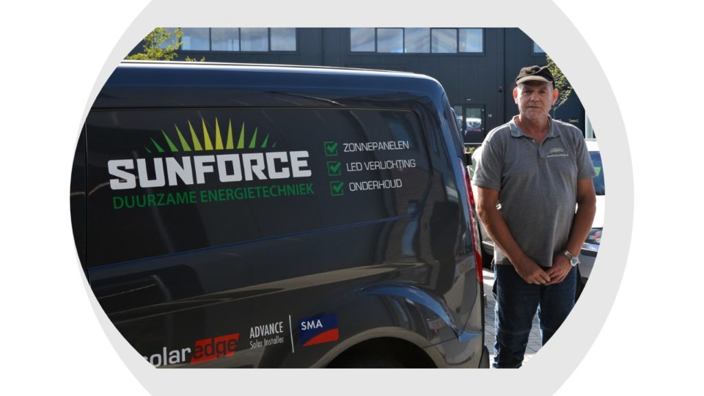 Rob is magazijnmedewerker en altijd bereid om collega's te helpen.